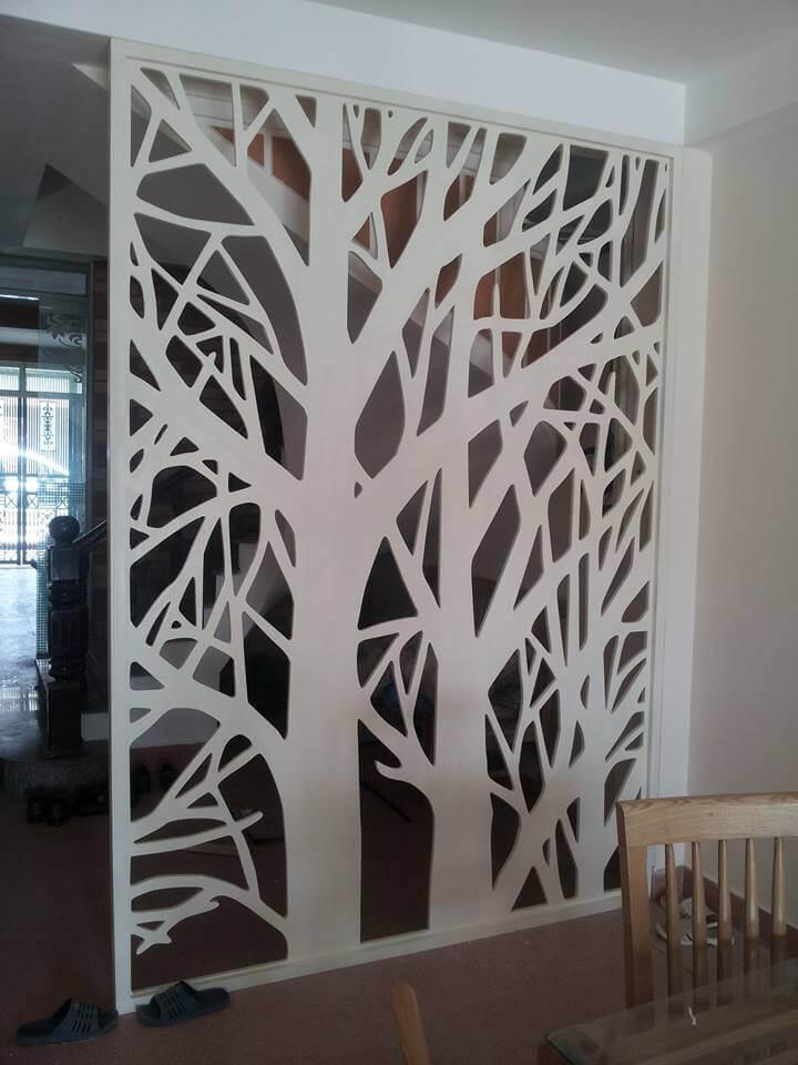 Vách ngăn phòng khách với cầu thang hình cây