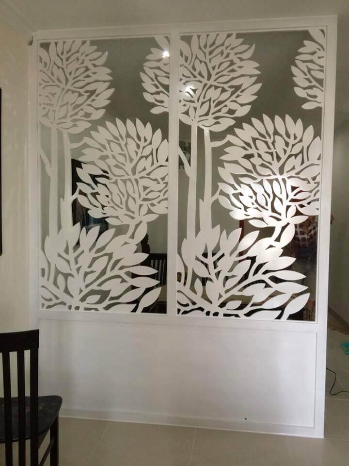 Vách ngăn cố định hình hoa cỏ ngăn giữa phòng khách và phòng ngủ
