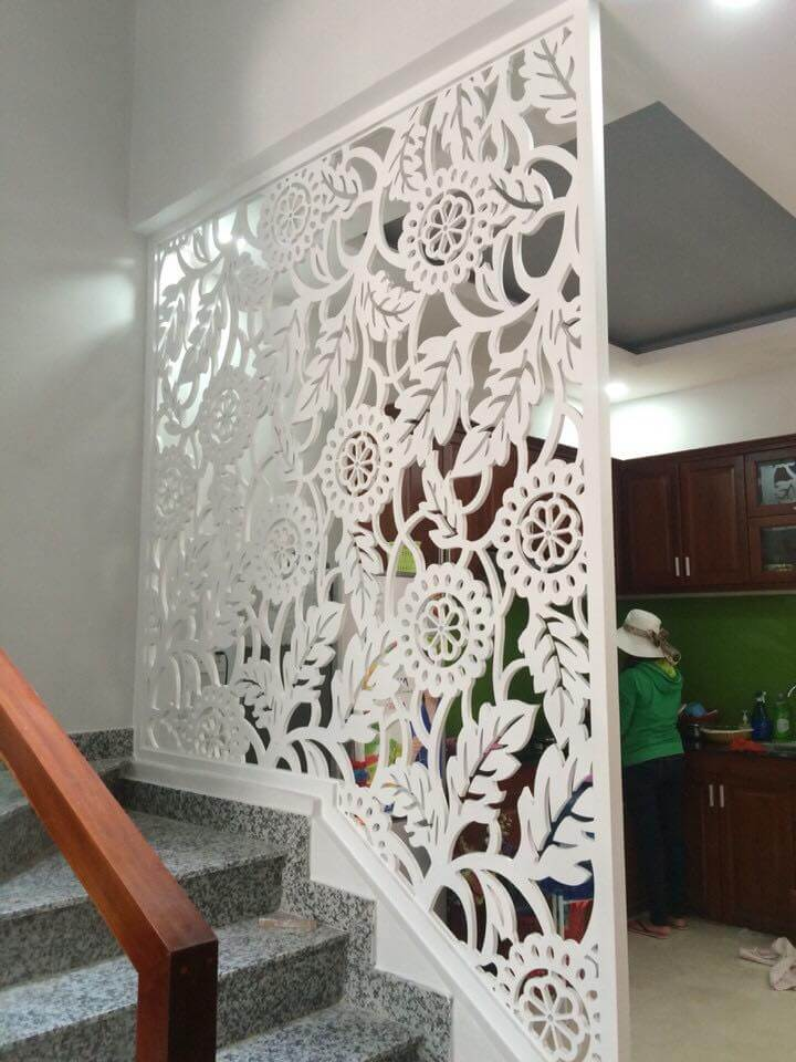 Vách ngăn phòng khách với cầu thang hình hoa cúc